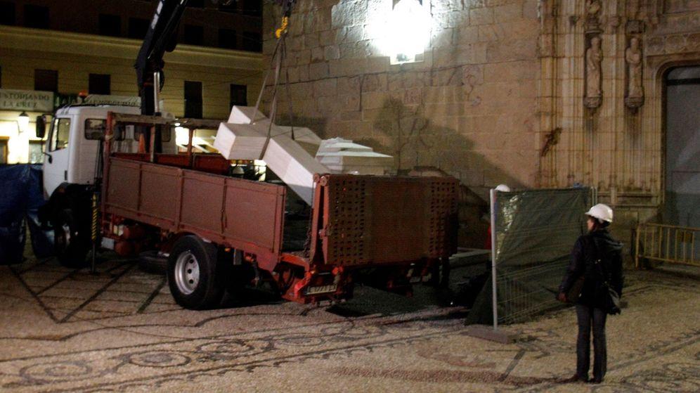 Foto: Una técnica supervisa la carga en un camión de la Cruz franquista de los Caídos de Callosa de Segura. (EFE)