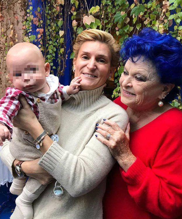 Foto: María Zurita junto a su bebé y a Lucía Bosé. (Instagram)