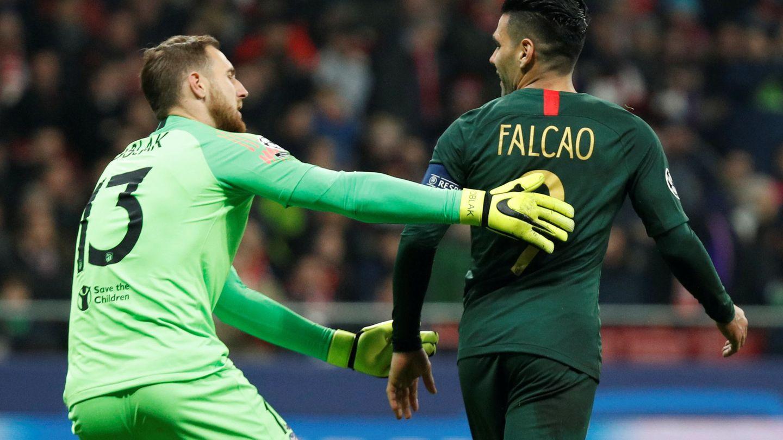Oblak y Falcao, tras el penalti fallado por el delantero del Mónaco. (Reuters)
