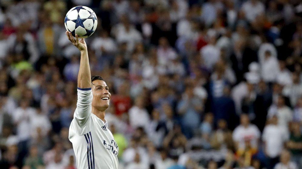 Foto: Cristiano se lleva el balón tras el 'hat-trick' ante el Bayern. (EFE)
