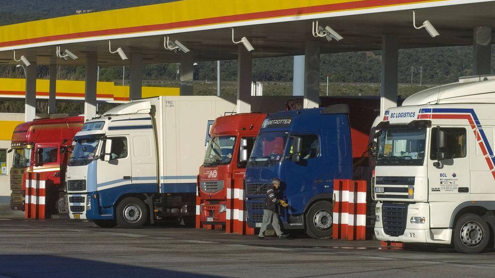 Foto: Camiones en una estación de servicio en Girona. (EFE)