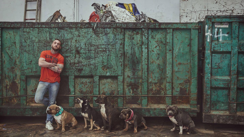 'El Rey Chatarrero' con sus perros. (Mediaset España)
