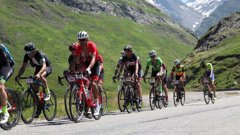 Foto: Más de 10.500 cicloturistas recorren los Pirineos en la Quebrantahuesos. (EFE)