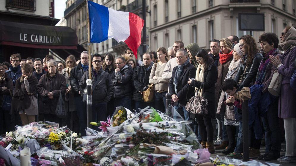 Foto: Numerosas personas guardan un minuto de silencio como homenaje a las víctimas de los atentados del viernes. (Efe)