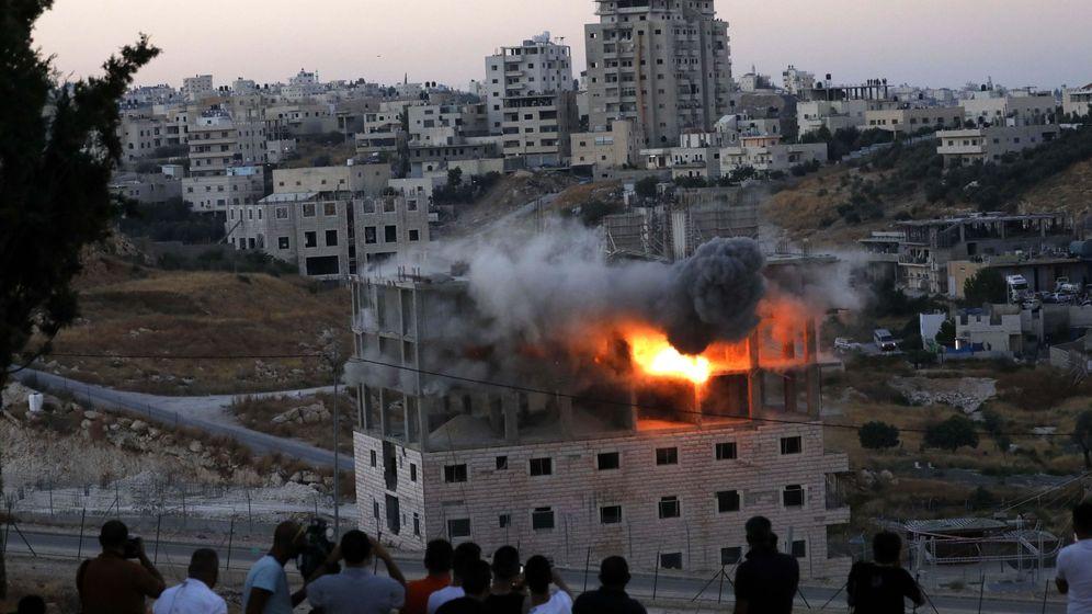 Foto: Un edificio palestino es volado por las fuerzas israelíes en junio de este año, en la aldea de Sur Baher que se encuentra a ambos lados de la barrera israelí en Jerusalén Este y en la Cisjordania. (EFE)