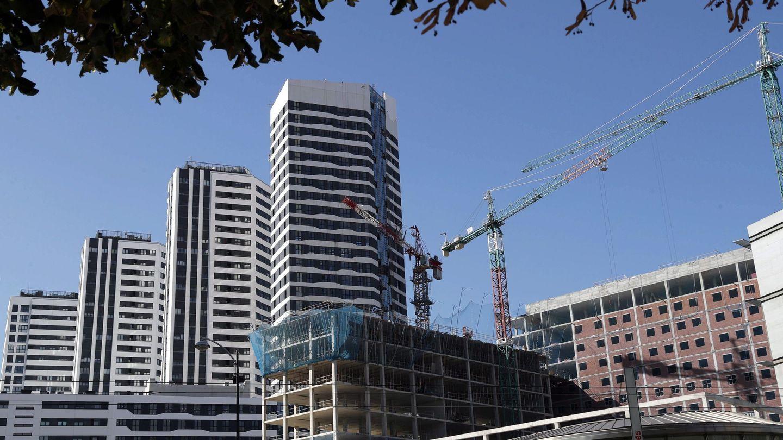 Un edificio en construcción junto a viviendas residenciales en Bilbao. (EFE)