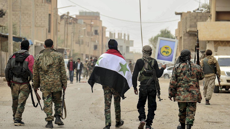 Soldados del ejército sirio con sus miembros aliados de Hizbulá durante la celebración de su victoria en las cercanías de la ciudad de Al-Boukamal en el campo de Deir Ezzor (Siria)   Foto: SANA/EFE