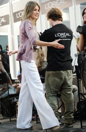 La princesa Letizia huye de los logotipos en su visita a Cibeles