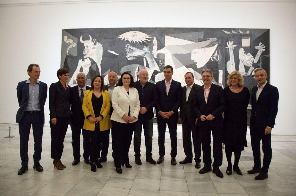 Foto: Pedro Sánchez y los líderes socialdemócratas europeos, este 22 de febrero frente al 'Guernica' de Picasso, en el Museo Reina Sofía de Madrid. (EFE)