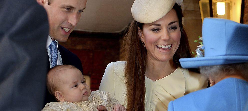 Foto: El príncipe Guillermo y Kate Middleton junto a Isabel II el pasado octubre en el bautizo de su hijo. (I.C.)