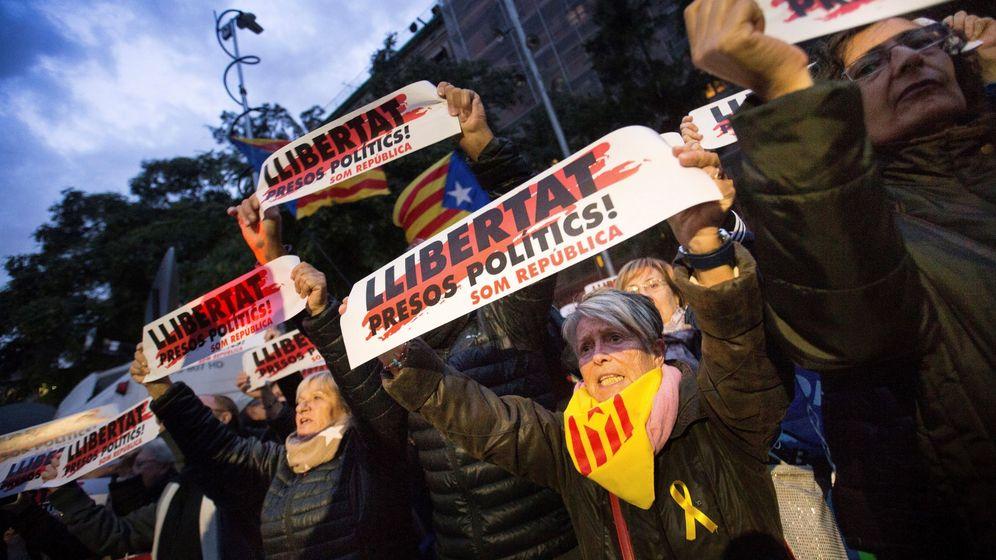 Foto: Manifestación en la Plaza de la Catedral de Barcelona durante la jornada de huelga general convocada el 8 de noviembre en Cataluña. (EFE)