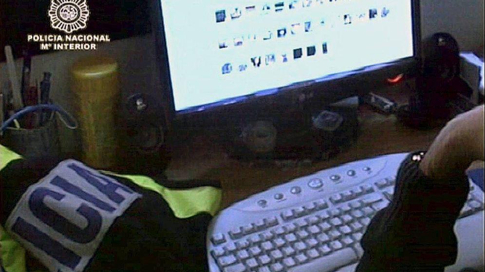 Foto: Un agente de la Policía Nacional revisa material intervenido en una operación contra la pedofilia.