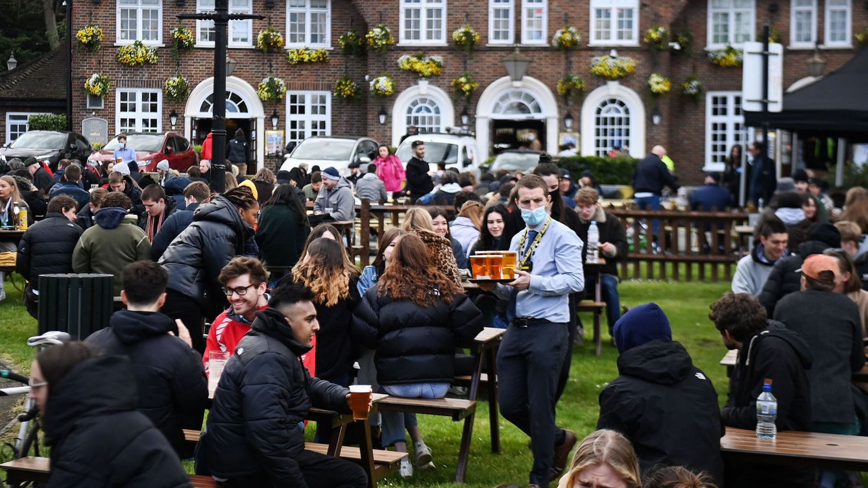 Nevando, pero en el pub: los ingleses no perdonan el primer día de la desescalada
