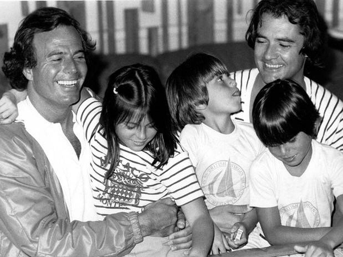 Foto: Ramón Arcusa, con Julio Iglesias y sus tres hijos mayores en 1983. (Cortesía)