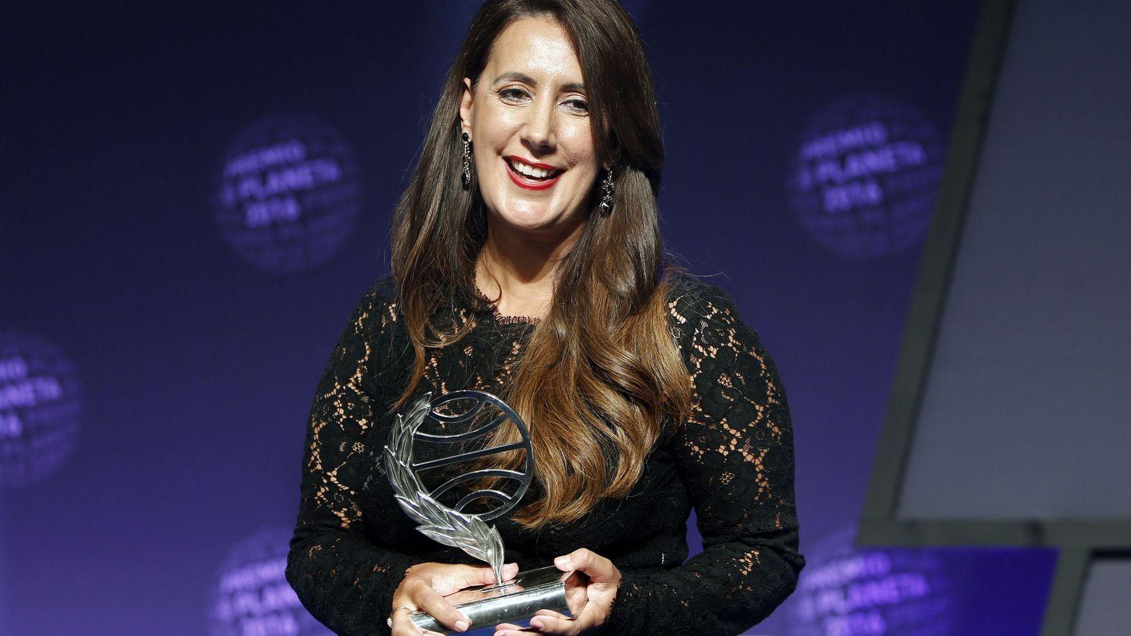 Foto: Dolores Redondo tras recibir el Premio Planeta por su novela 'Todo esto te daré'. (EFE)