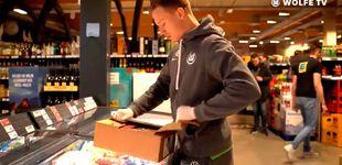 Post de Futbolistas profesionales ayudan como reponedores en supermercados
