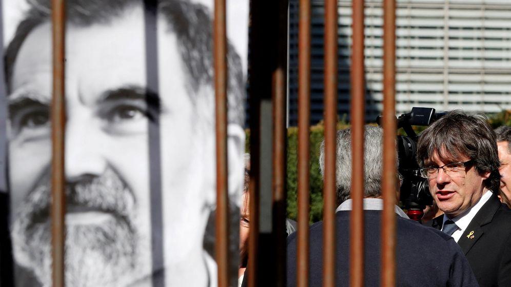 Foto: Carles PUigdemont, junto a un cartel de Jordi Cuixart. (Reuters)