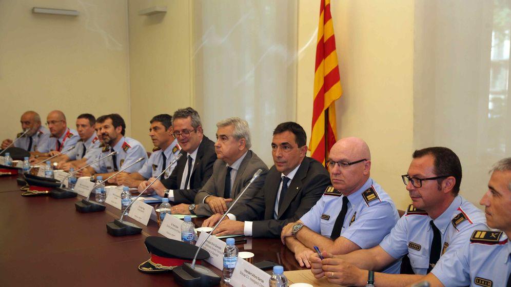 Foto: El conseller de Interior, Joaquim Forn (6d), el secretario general de la conselleria de Interior, César Puig (5d) y el director de los Mossos d'Esquadra, Pere Soler (4d), junto a mandos de los Mossos d´Esquadra. (EFE)