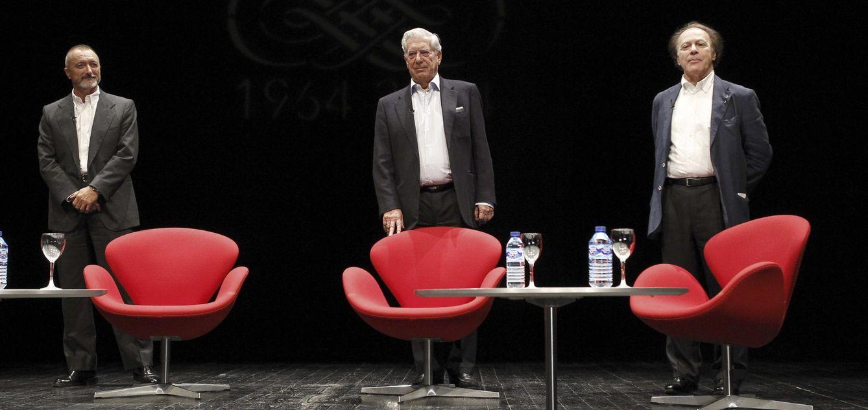 Foto: Arturo Pérez-Reverte, Vargas Llosa y Javier Marías, tres pilares de la nueva derecha cultural. (Kiko Huesca / Efe)
