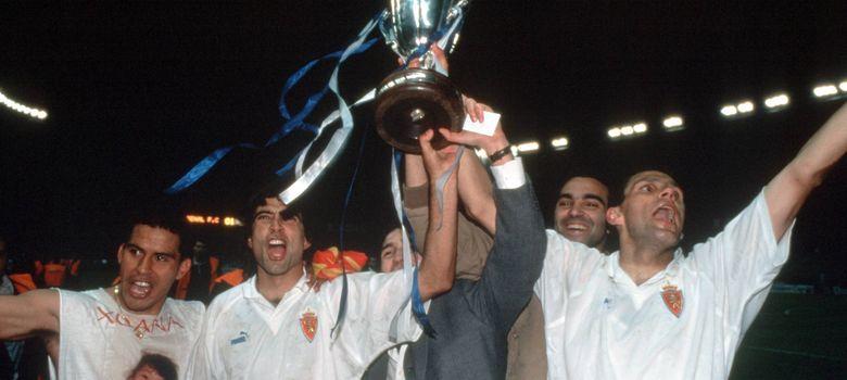 Foto: Cáceres junto a Poyet y Esnáider con la Recopa conquistada en 1995 (Imago).