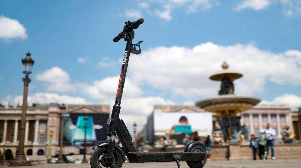 Foto: Un patinete eléctrico aparcado en una acera de París
