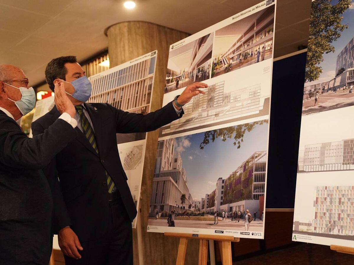 Foto: Juanma Moreno, viendo los detalles del proyecto. (Junta de Andalucía)