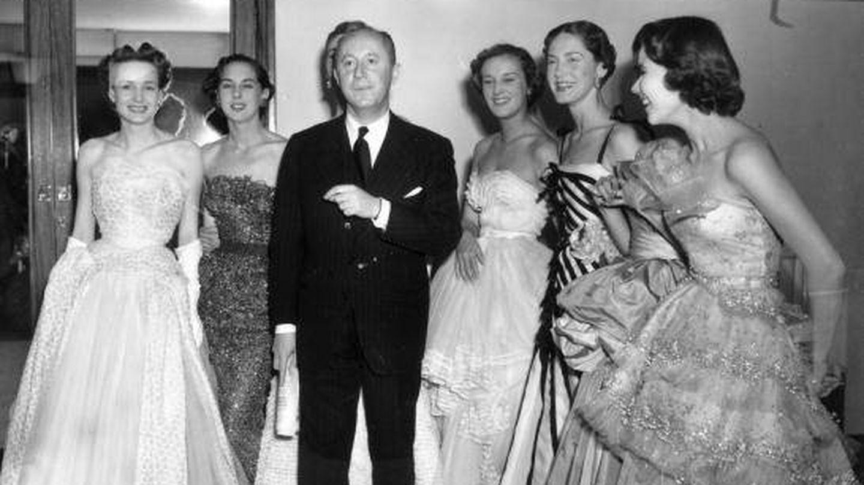 Christian Dior, junto a sus modelos tras un desfile en Londres en los años 50. (Fred Ramage/Keystone/Getty)