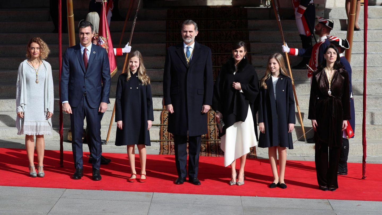 Los Reyes y sus hijas, a la llegada. (EFE)