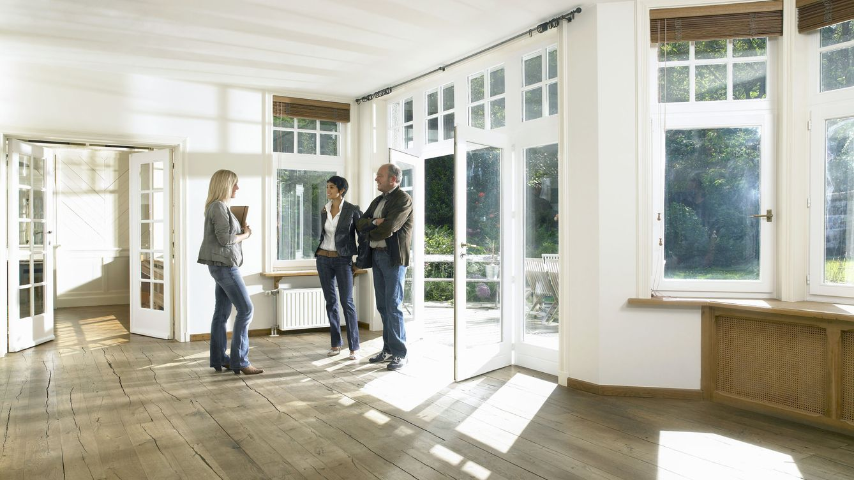 Foto: Cada vez resulta más difícil adquirir una residencia sin apoyo familiar. (Corbis)