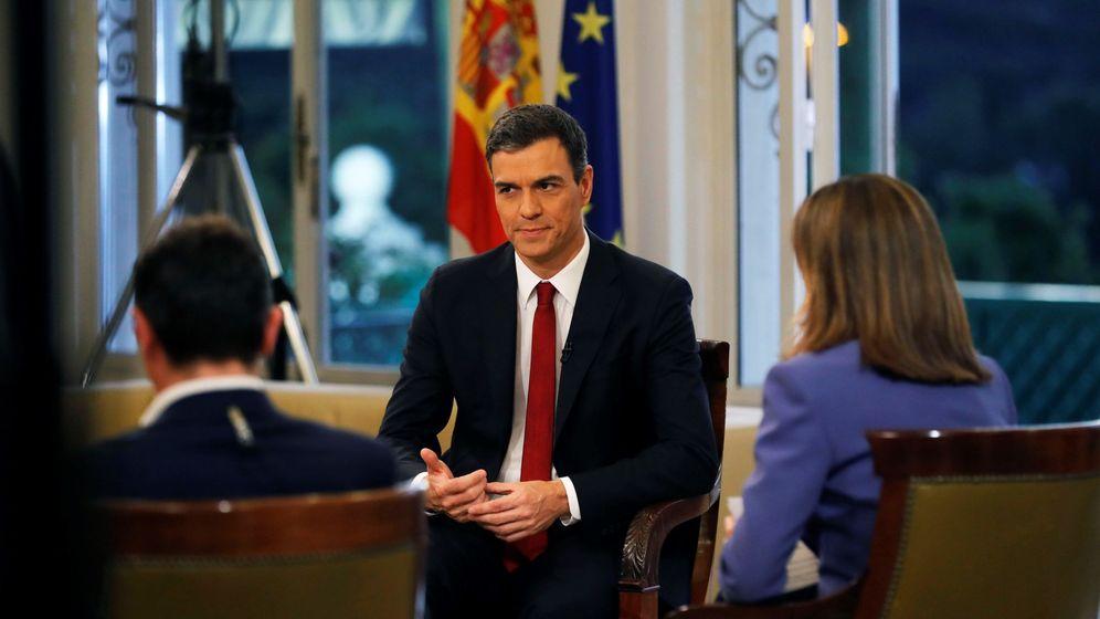 Foto: El presidente del Gobierno, Pedro Sánchez (c), acompañado por los presentadores Ana Blanco (d) y Sergio Martín, al comienzo de la entrevista que concedió a TVE. (EFE)