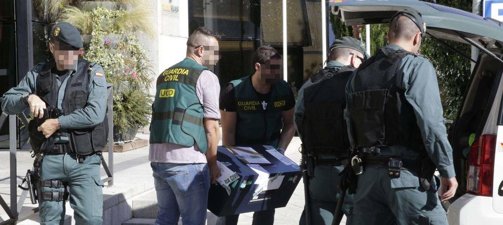 Foto: Agentes de la Guardia Civil registran las dependencias del Ayuntamiento madrileño de Collado Villalba. (EFE)
