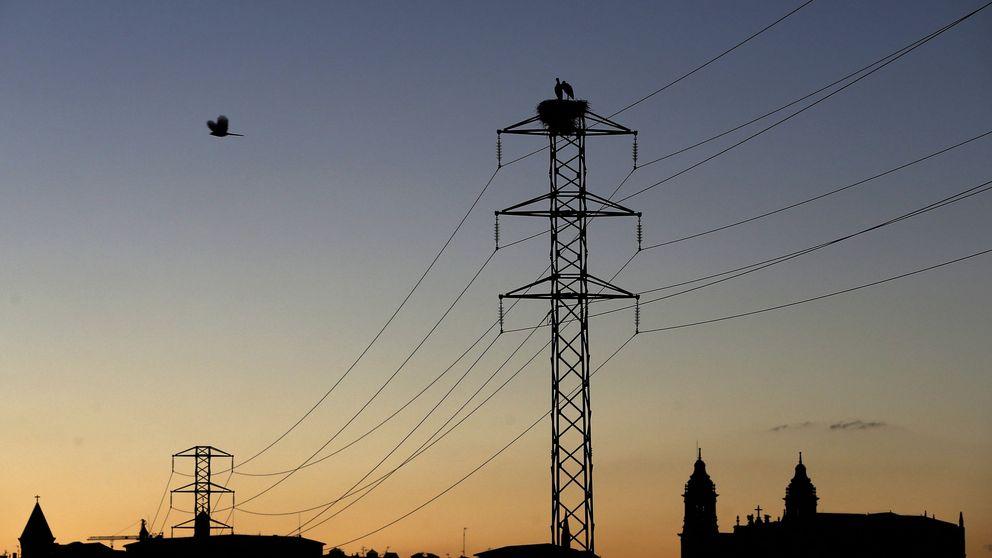La caída del consumo eléctrico delata el parón económico en pleno caos político