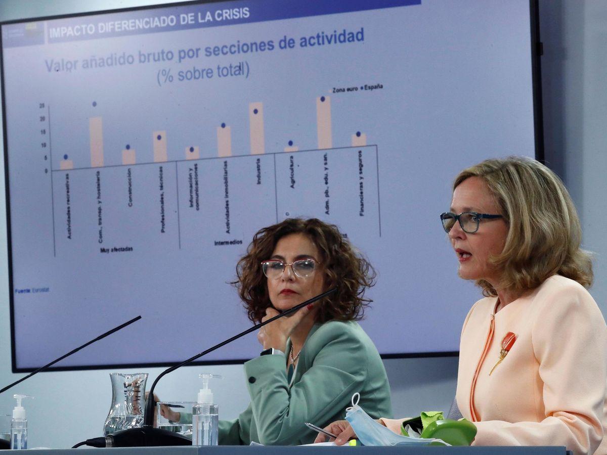 Foto: La portavoz del Gobierno y ministra de Hacienda, María Jesús Montero (i), junto a la vicepresidenta tercera del Ejecutivo y ministra de Asuntos Económicos y Transformación Digital, Nadia Calviño (d). (EFE)