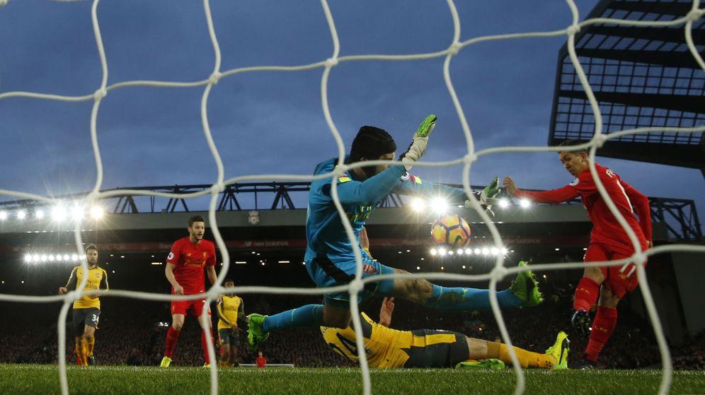 Foto: Firmino bate a Cech (Lee Smith/Reuters).