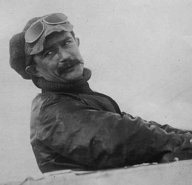 Foto: Jules Vedrines fue el único piloto que completó la carrera por etapas París-Madrid en 1911