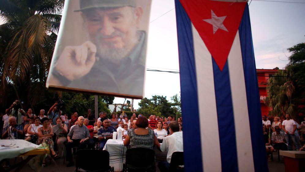 Foto: Ciudadanos cubanos asisten a una discusión política sobre el nuevo texto constitucional en una calle de La Habana, el 13 de agosto de 2018. (Reuters)