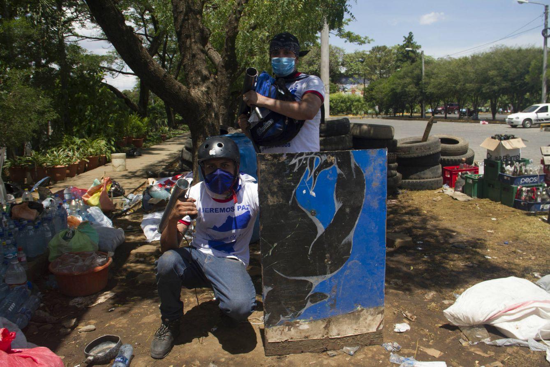 Foto: Estudiantes de la Universidad Politécnica armados con morteros de fabricación casera. (Héctor Estepa)