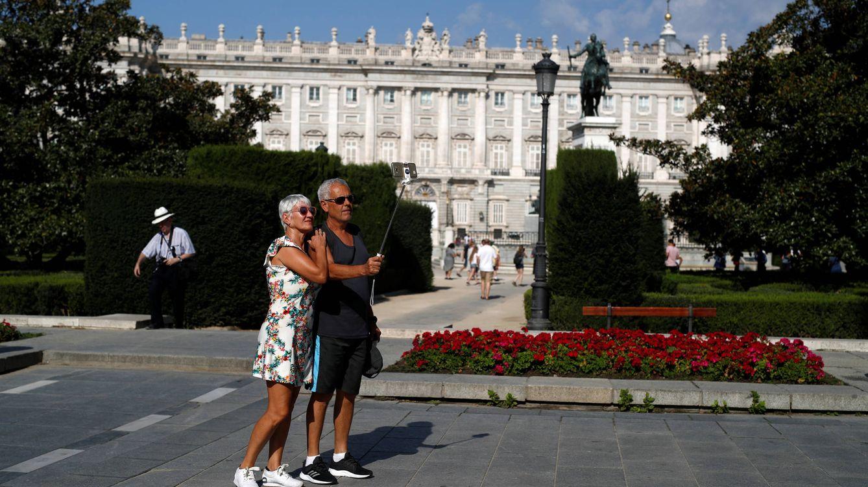 Foto: Turistas ante el Palacio Real de Madrid. (Reuters)