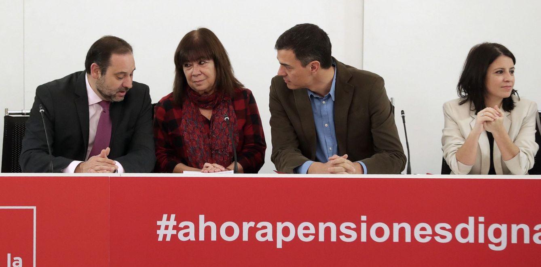 Foto: Pedro Sánchez, el pasado 8 de enero, en la reunión de su ejecutiva, con José Luis Ábalos, Cristina Narbona y Adriana Lastra. (EFE)