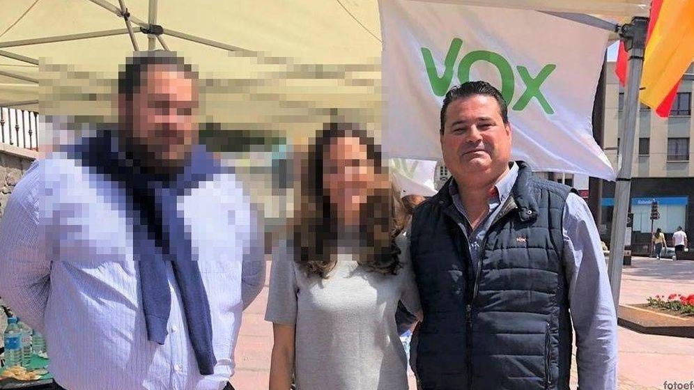 Foto: Álvaro Sanz Del Campo, junto a un 'stand' de Vox Fuerteventura.