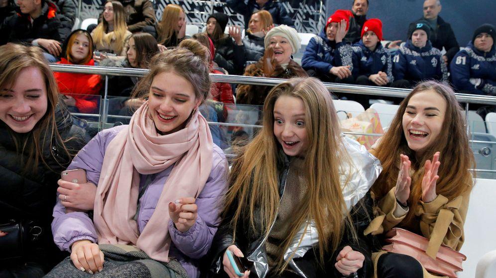 Foto: Jóvenes disfrutan de un partido de hokey en Minsk. (Reuters)