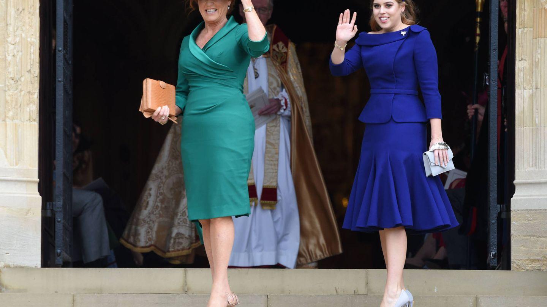 Madre e hija, saludando. (Getty)