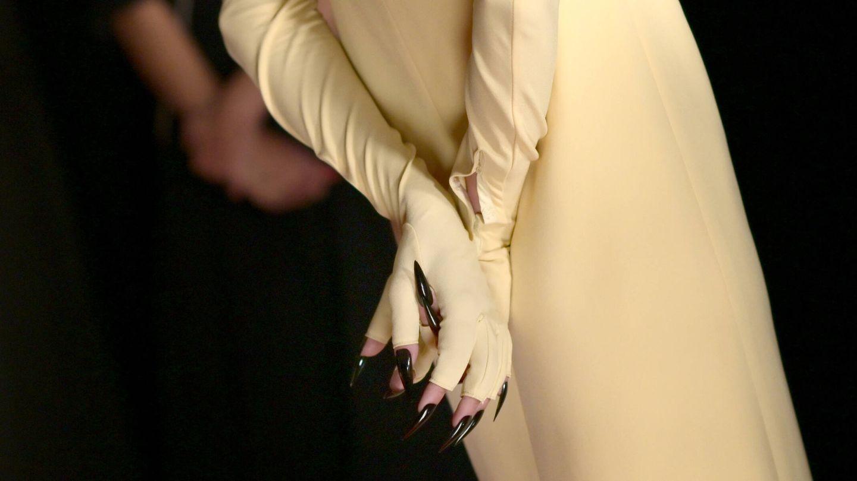 Detalle de la manicura de Emma Corrin en los Emmy 2021. (Getty)