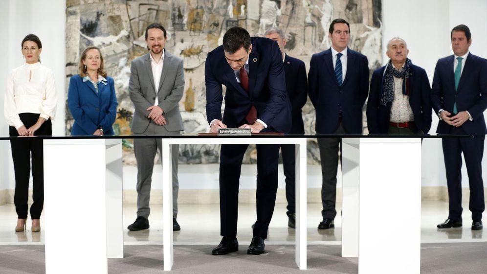 Foto: El presidente del Gobierno, Pedro Sánchez, durante la firma con patronal y sindicatos del acuerdo para subir el salario mínimo a 950 euros, el pasado mes de enero. (EFE)