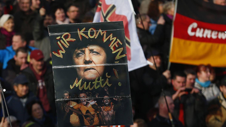 Simpatizantes de Pegida en una protesta contra Merkel y sus políticas de apertura de brazos a los refugiados (REUTERS)