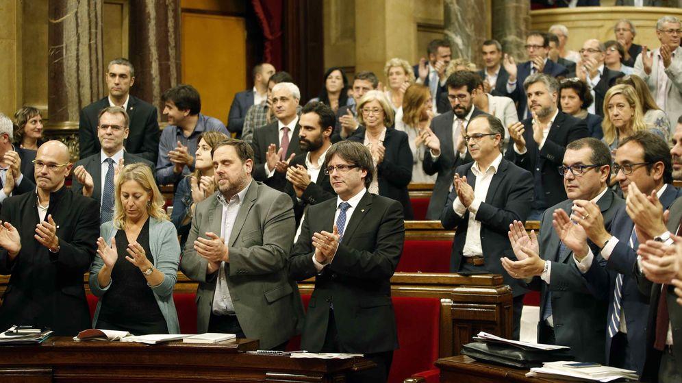 Foto: Aplausos en el Parlament tras la aprobación del referéndum independentista. (EFE)