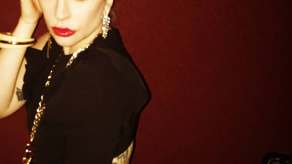 Lady Gaga escoge un vestido de Juan Vidal para retomar su gira