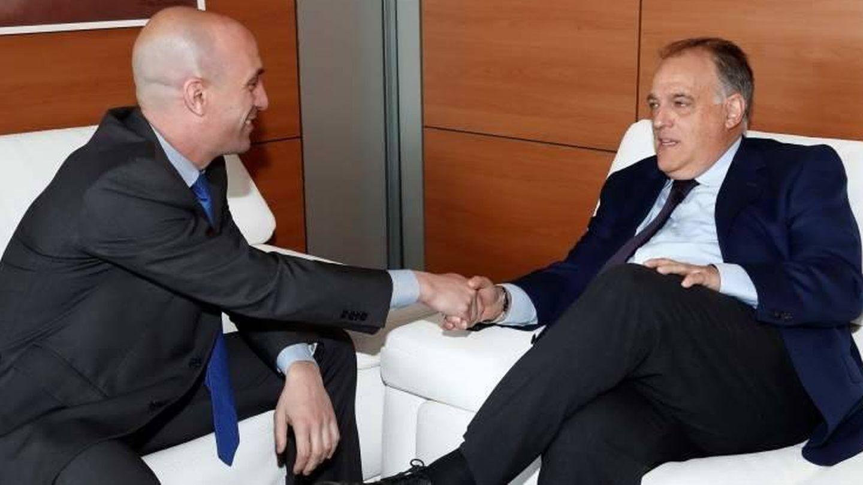 Lusi Rubiales y Javier Tebas, en una reunión mantenida hace unos meses en el seno de la RFEF. (EFE)