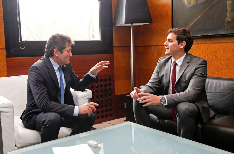 Foto: Javier Fernández, presidente de Asturias y de la gestora del PSOE, con Albert Rivera, líder de C's, el pasado 31 de marzo en Oviedo. (EFE)