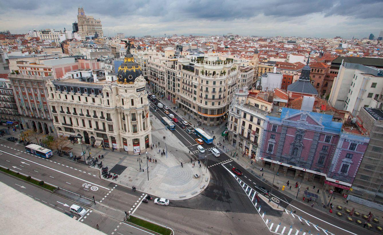 Foto: La nueva Gran Vía, en imágenes: más aceras, semáforos retro, bancos, árboles...